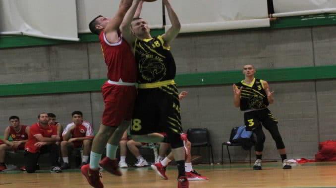 Nella foto: Cacace (Basket Loano) in difesa