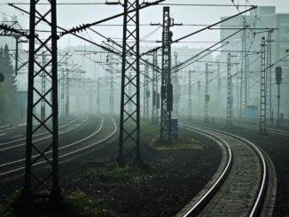 Foschia sui binari percorso ferrovia
