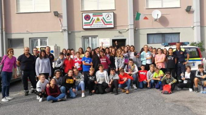 Gruppo studenti in visita alla Protezione civile di Andora