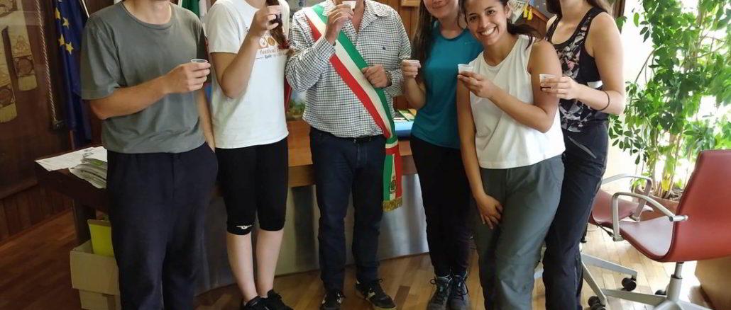 I ragazzi del progetto Erasmus con il sindaco di Varazze Alessandro Bozzano