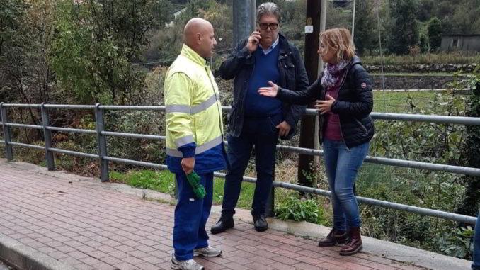 Il sindaco di Loano Luigi Pignocca durante un sopralluogo