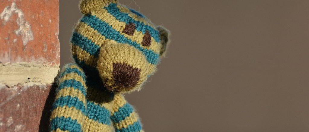 Orsetto di lana appoggiato al muro