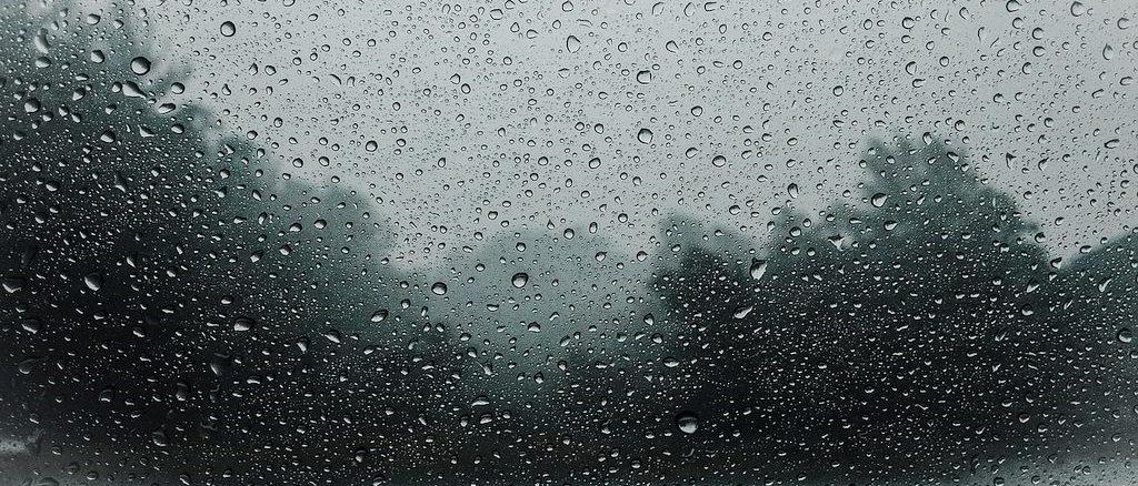 Pioggia battente sui vetri