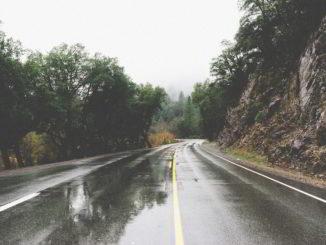 Strada bagnata per pioggia