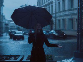 Donna sotto la pioggia