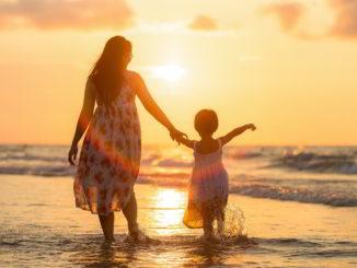 Madre e bambina al mare