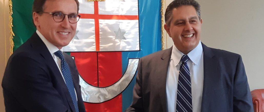 Ministro Boccia e presidente Toti davanti a gonfalone Regione Liguria