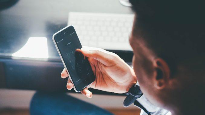 Al telefono mobile