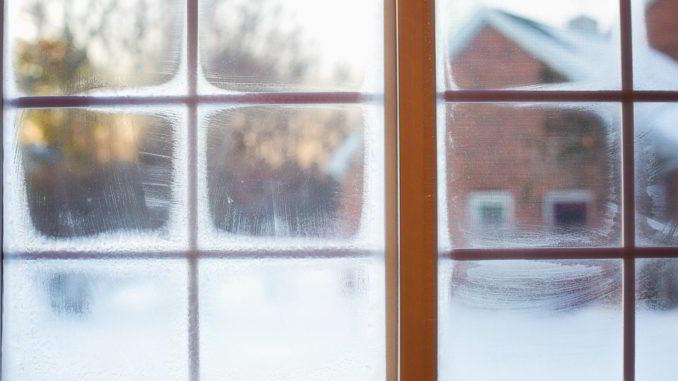Gelo alla finestra di casa