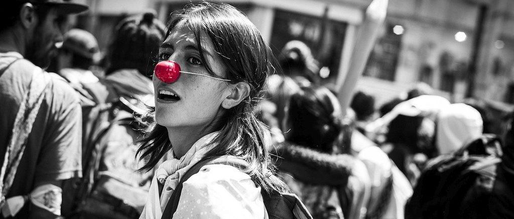 Giovane giocosa con il naso rosso