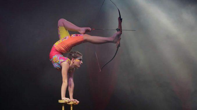 La contorsionista Anjeza in La Magia del Tempo