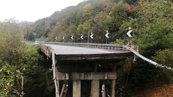 Particolare viadotto ceduto sulla A6