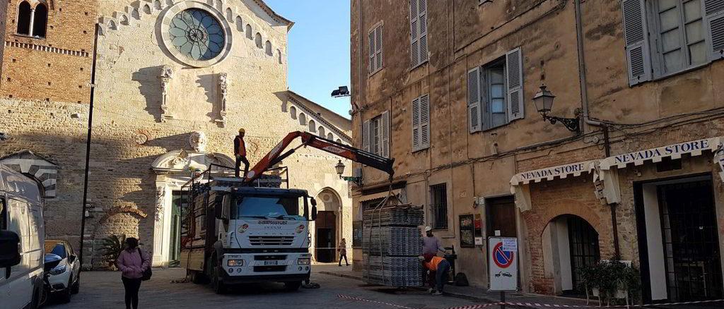 Si montano i ponteggi in piazza san michele ad Albenga