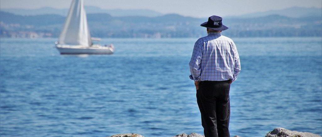 Signore guarda barca sul mare