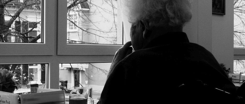 anziana alla finestra