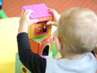bambino gioca all'asilo