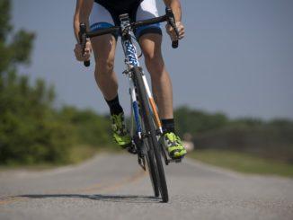 ciclista in corsa