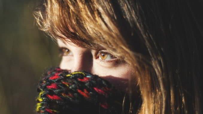 giovane al freddo con sciarpa