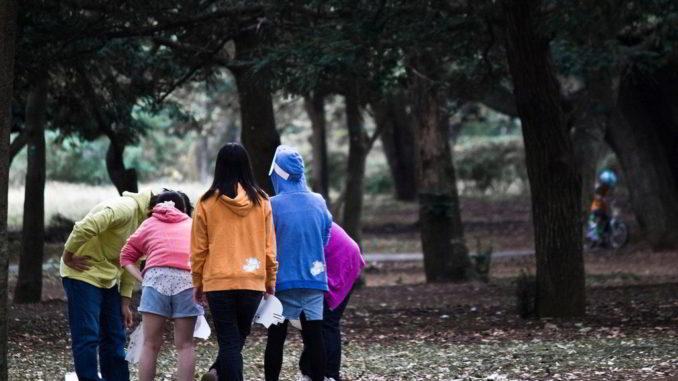 ragazzi riuniti in un parco