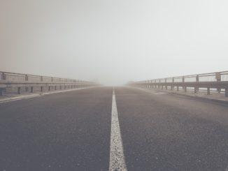 strada che si perde nella nebbia