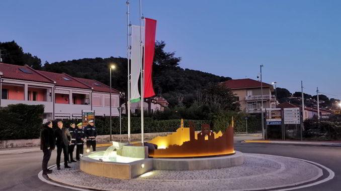 La rotonda illuminata ad Andora in Via San Lazzaro