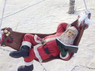 Babbo Natale in spiaggia su una amaca