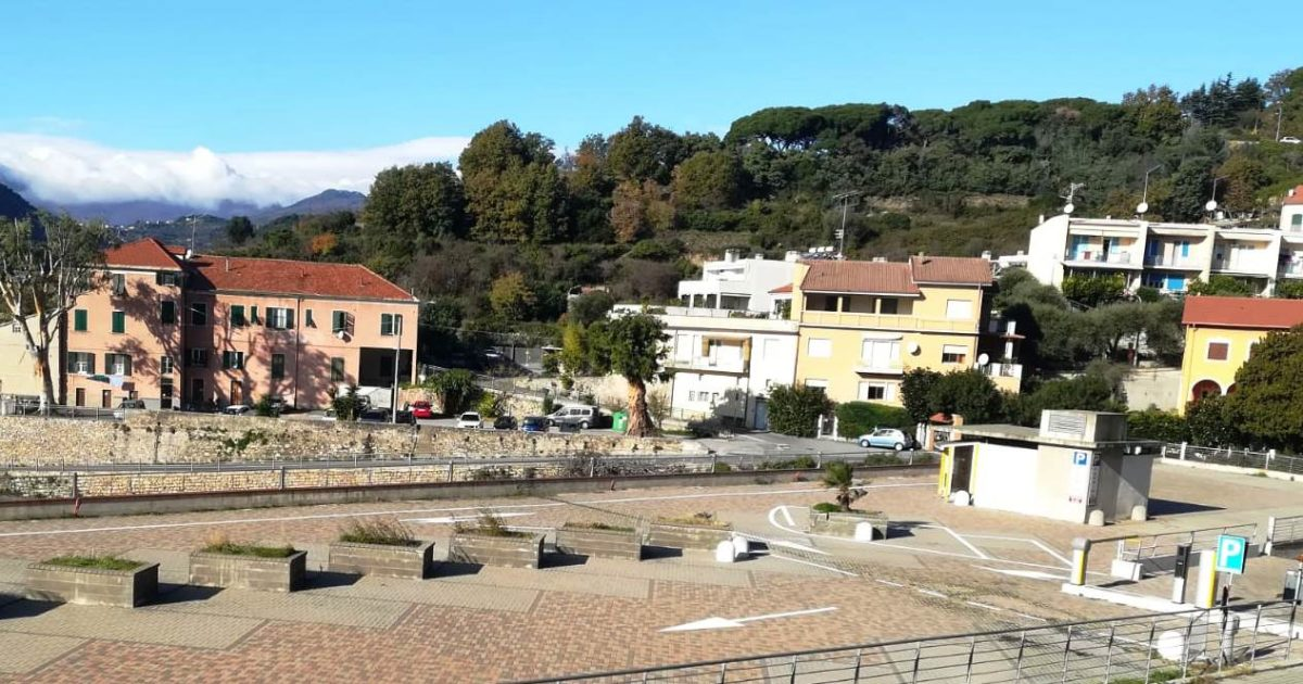 Finale Ligure parcheggio via XXV Aprile 03
