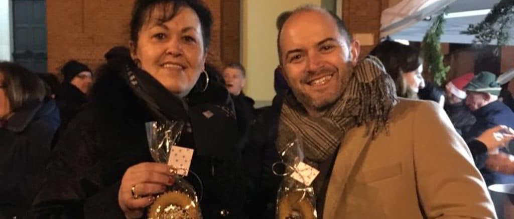 assessore alla gentilezza di Carcare Enrica Bertone insieme al Sindaco Christian De Vecchi con in mano un Gentilino