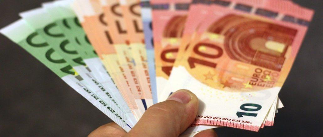 banconote euro alla mano