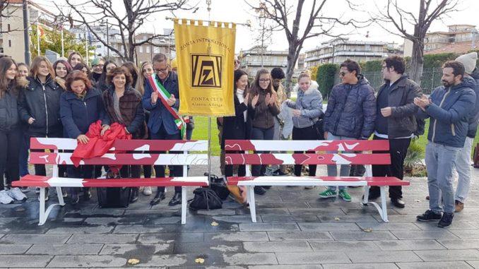 Panchine contro la violenza sulle donne inaugurate ad Albenga