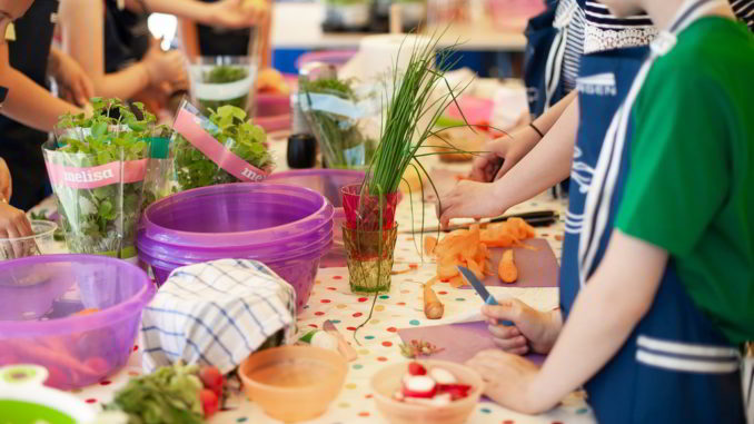 i bambini cucinano