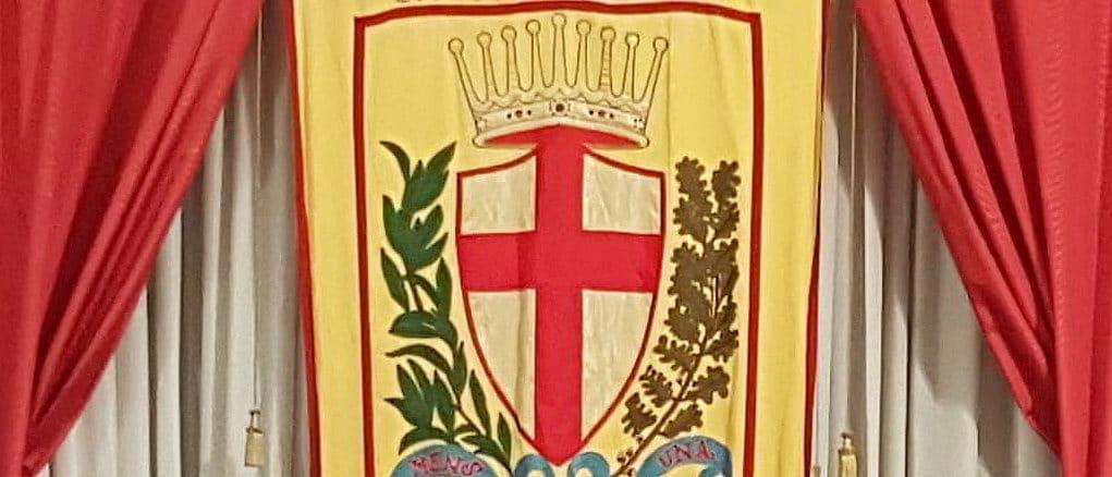 Sala Consiglio comunale di Albenga e gonfalone