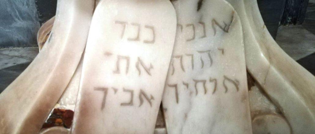 Iscrizione ebraica alla base del pulpito della Basilica di San Biagio a Finalborgo