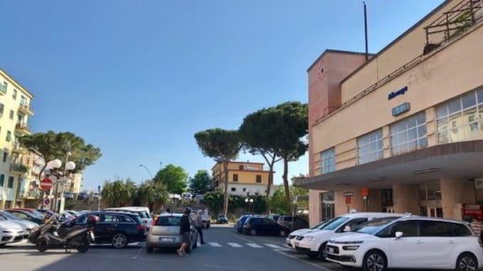 Tassisti in piazza della stazione ad Albenga