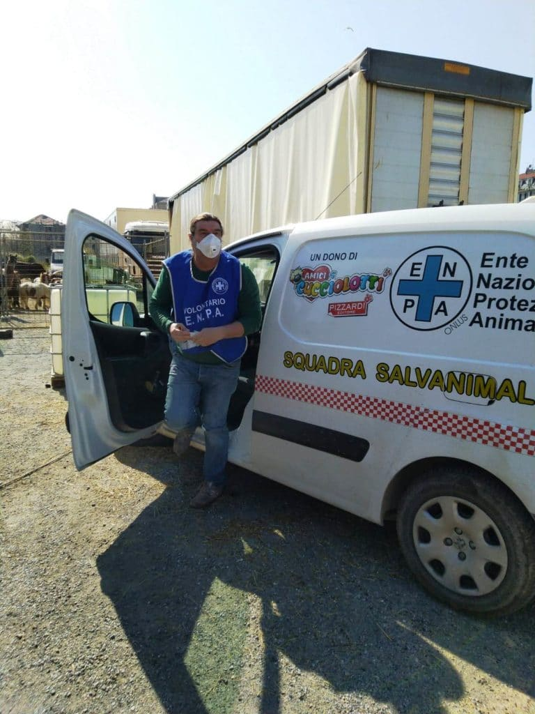 Volontari Enpa Savona portano cibo al circo Millennium 02