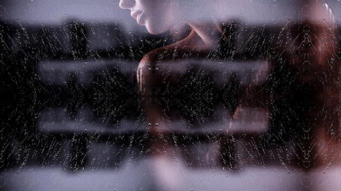 donna dietro il vetro