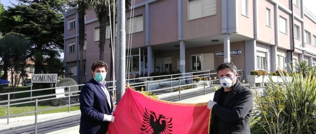 Bandiera Albania pennone Comune di Andora