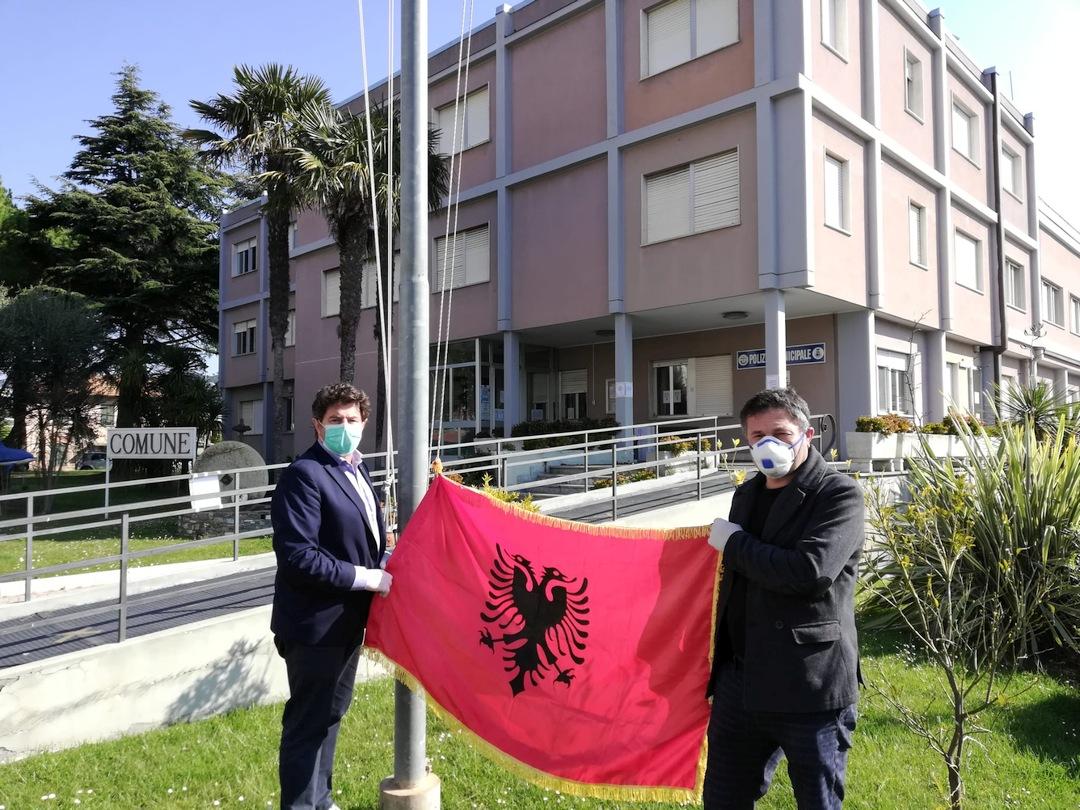 Bandiera Albania pennone Comune di Andora 01