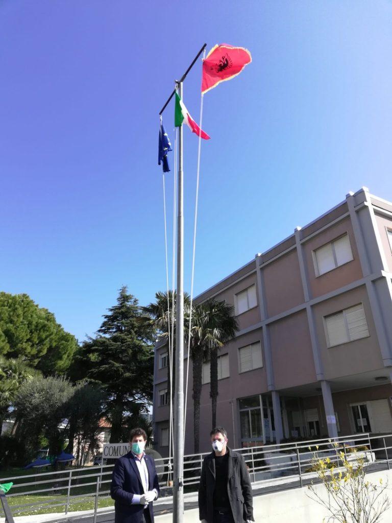 Bandiera Albania pennone Comune di Andora 02