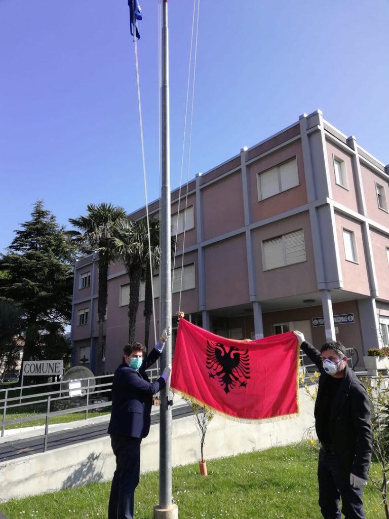 Bandiera Albania pennone Comune di Andora 03