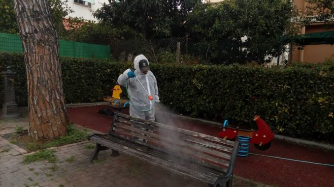 Operatore durante processo di sanificazione a Loano