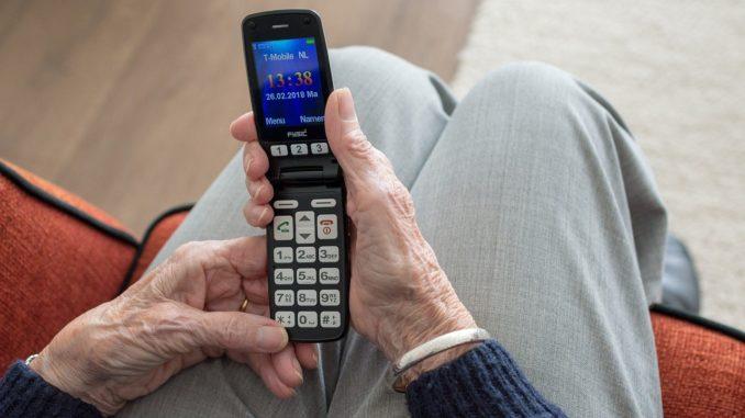 donna anziana al telefono