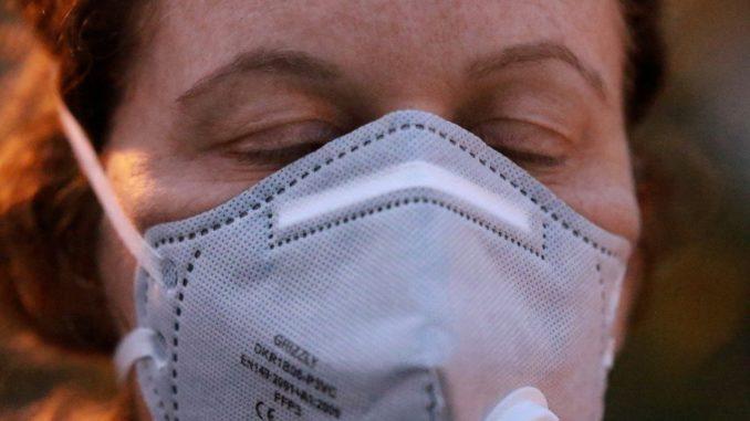 mascherina protettiva indossata