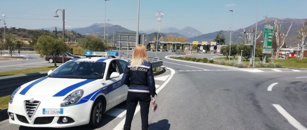 Polizia locale controlli al casello autostradale di Albenga