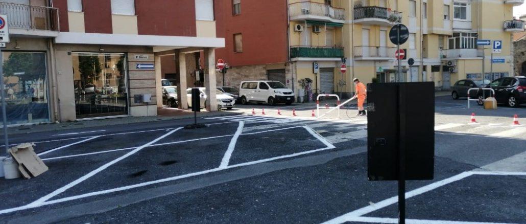 Ad Albenga - rifacimento segnaletica orizzontale piazza Nenni
