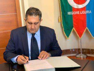 Giovanni Toti mentre firma un documento in Regione Liguria