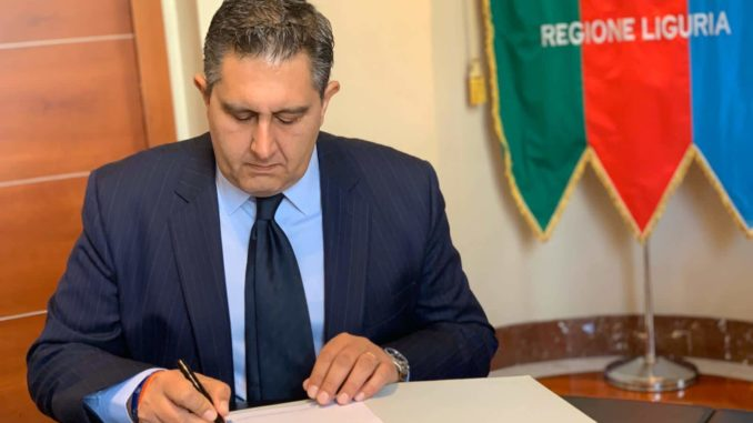 Giovanni Toti mentre firma un documento in Regione Liguria