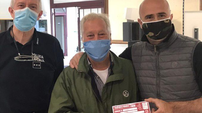 Albenga carri e calessi. assessore Vannucci consegna targa a Roberto Tomatis
