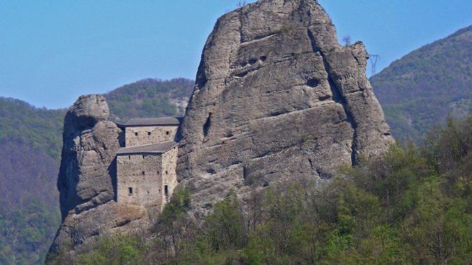 Castello della Pietra di Vobbia nel Parco Antola