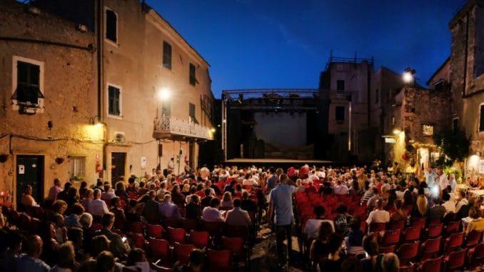 : la piazze del Festival teatrale di Borgio Verezzi